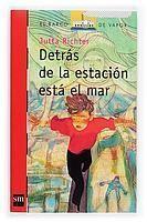 DETRAS DE LA ESTACION ESTA EL MAR